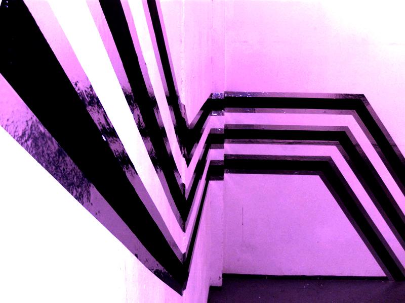 Sandra Poppe - Straight // Wandmalerei / Dipersionsfarbe / Silber Tape / 2010